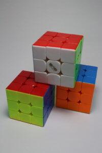三つのルービックキューブを重ねた写真