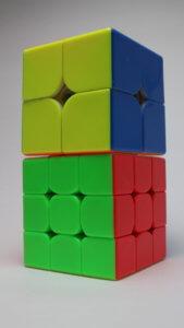 2x2と3x3のキューブを二つ重ねた写真